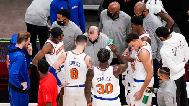 New York Knicks head coach Tom Thibodeau talks to his players