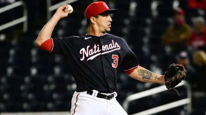 Nationals second baseman Hernan Perez delivers a pitch