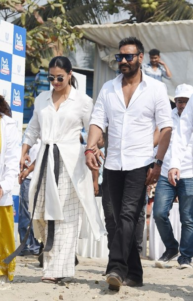 """Indian Bollywood actors Ajay Devgn with his wife Kajol Devgn arrive to the launch of the environmental campaign """"Start a little Good"""" during the """"Plastic Banega Fantastic"""" event, in Mumbai on January 19, 2019. (Photo by Sujit Jaiswal / AFP)"""