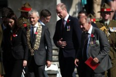Britain's Prince William (C) and New Zealand Prime Minister Jacinda Ardern (L) arrive to attend the Anzac Day service at Auckland War Memorial Museum on April 25, 2019. - Dawn services were held across the two countries on the anniversary of the ill-fated 1915 campaign of the Australian and New Zealand Army Corps that left 11,500 of them dead in what is now Turkey during World War I. (Photo by Fiona Goodall / AFP)