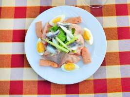Sallate spanjolle e shijshme. Receta gatimi tradicionale. proshute salce
