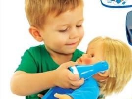 Djali juaj deshiron te luaje me kukulla? Cfare duhet te beni