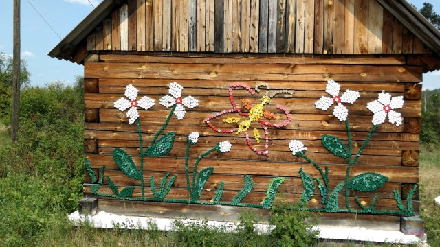 design of flowers on the side of a log house