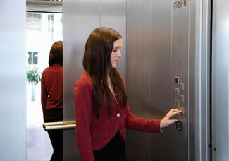 Der Aufzugnotruf ist mittels Zweiwege-Kommunikationssystem herzustellen.