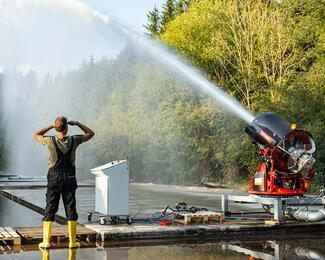 Die hohe Wurfweite des Löschturbinen-Wassernebels erlaubt den Einsatz aus sicherer Entfernung.