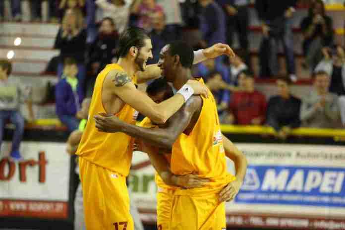 La Briosa Barcellona festeggia la vittoria contro Siena