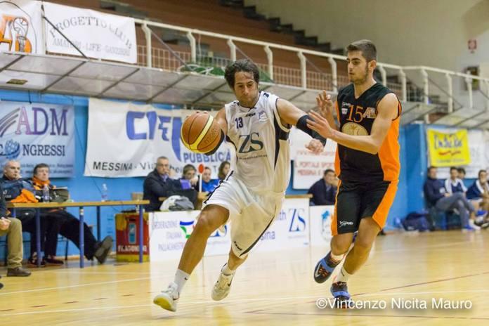 Claudio Cordaro (Amatori Basket Messina) difende su Vittorio Soldatesca (Gruppo Zenith Messina)