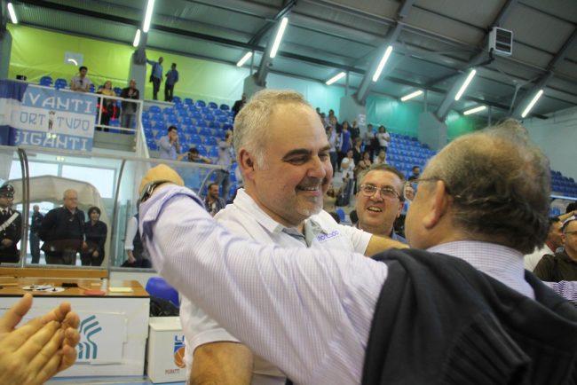 Coach Franco Ciani abbracciato dal presidente Salvatore Moncada
