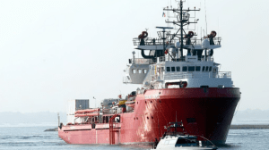 """Tensione tra i migranti a bordo della """"Ocean Viking"""""""