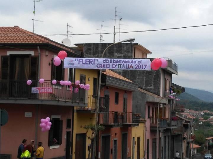 Terremoto di Santo Stefano. A Fleri due anni fa in via Vittorio Emanuele passava il Giro, oggi tocca alle auto fare il giro