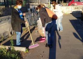 Comune e ditta raccolta Rsu assenti. Genitori puliscono piazza comunale