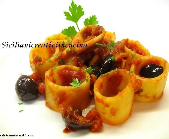 Pasta al sugo di calamari e olive nere. Piccante e squisita. Ricetta facile per un primo piatto di mare dal gusto intenso.