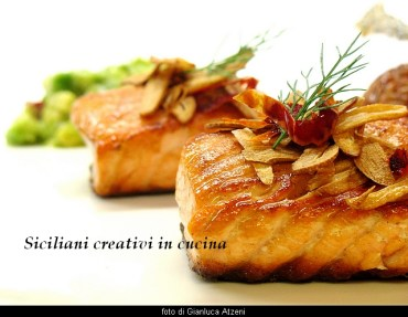 Salmone, riso rosso, aglio fritto e avocado