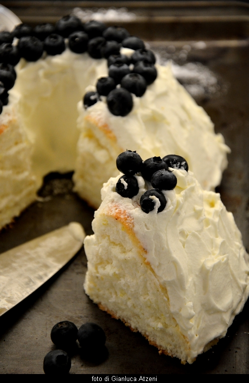 Angel food cake con mascarpone e mirtilli