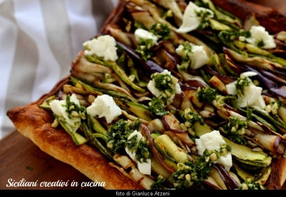 Sfogliata vegetariana con verdure grigliate, nozzarella di bufala e salsa al prezzemolo