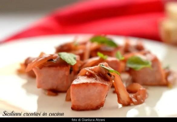 甘酸っぱいマグロとシチリアの玉ねぎ: 簡単でおいしいレシピ