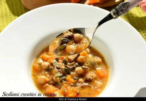 Zuppa vegana di zucca, ceci e funghi porcini: piatto unico veloce e facile.