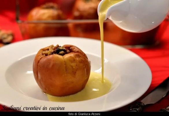 Mele ripiene al forno, farcite con uvetta e frutta secca e accompagnate da una golosa crema inglese. Un dolce facilissimo e raffinato