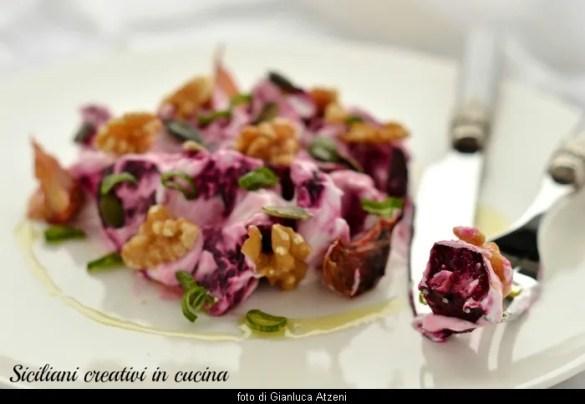Insalata di rape rosse al forno con yogurt: antipasto vegetariano leggero e originale