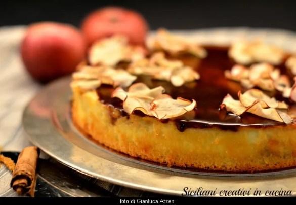 Tre consistenze con un unico impasto e tante mele caramellate nella torta magica alla vaniglia