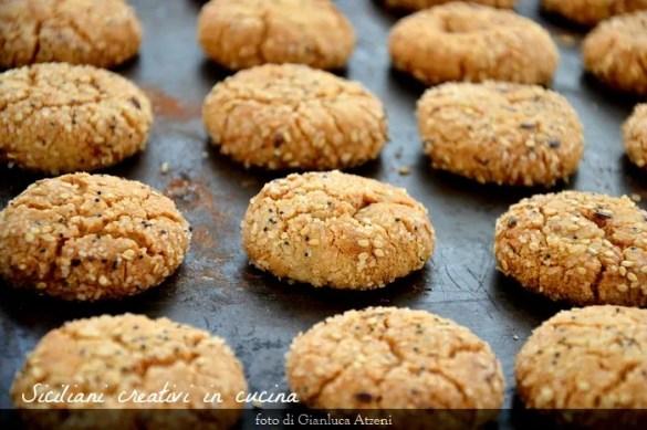 Biscotti al tahini, la crema di sesamo. Un biscotto senza uova dal gusto e dalla consistenza unici. Si preparano in 5 minuti e creano dipendenza.