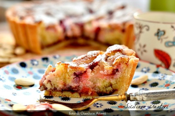 Crostata con crema frangipane e prugne