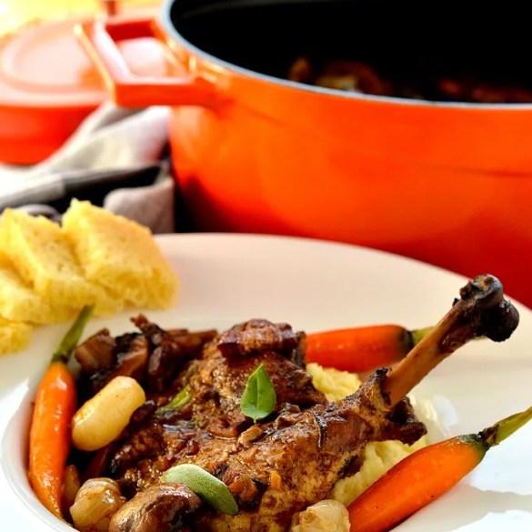 Coq au vin (pollo al vino): ricetta originale francese raffinata e succulenta