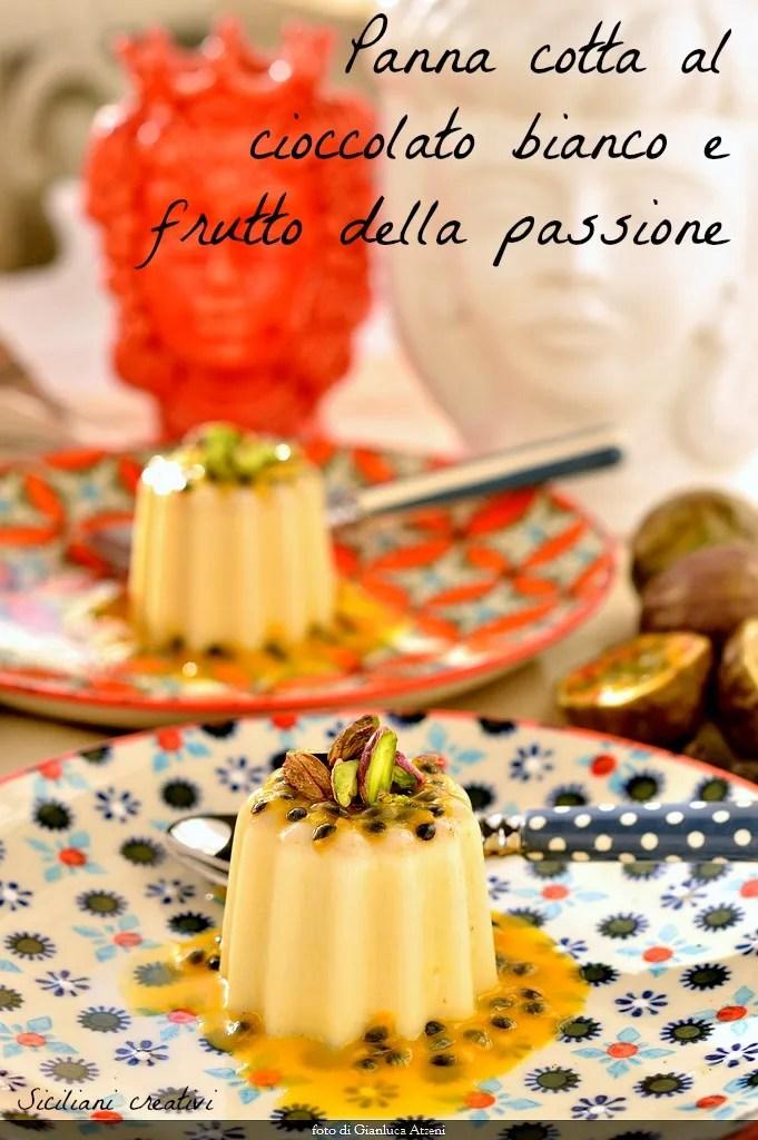 Weiße Schokolade Pannacotta: lecker und einfach zuzubereiten, Sie können es mit Vanille und Tonkabohne würzen. Die Passionsfrucht, die säuerliche Note verleiht, die es verlockend macht.