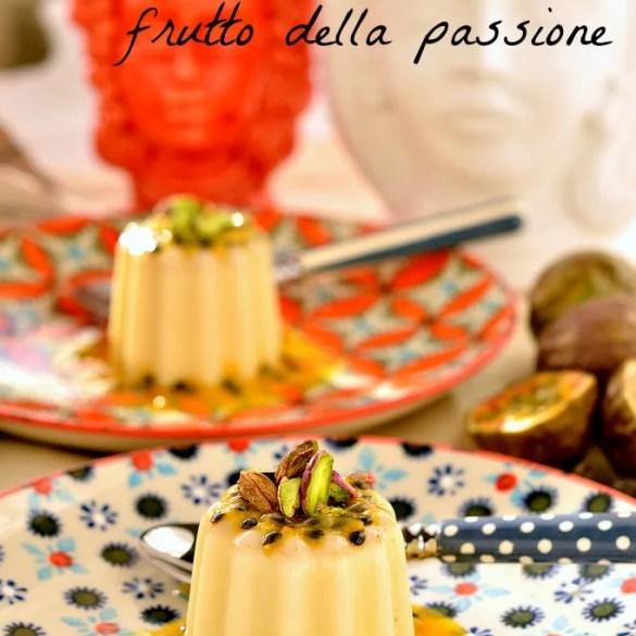 Panna cotta al cioccolato bianco: golosa e semplicissima da preparare, potete aromatizzarla alla vaniglia o con la fava Tonka. Il frutto della passione dà quella nota acidula che la rende stuzzicante.