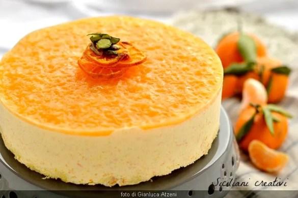 Semifreddo al mandarino: senza gelatiera, facile da preparare e con tutto il gusto pungente e il profumo dei mandarini di stagione.