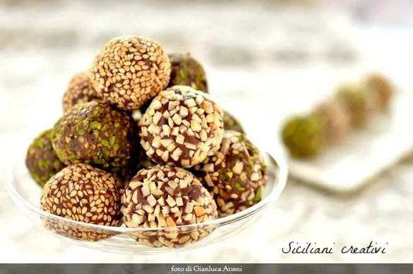 Tartufini di cioccolato al tahini e fior di sale, ricoperti da granella di frutta secca. Senza uova e senza burro. Facilissimi e irresistibili, perfetti da regalare a Natale