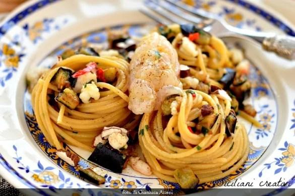 Spaghetti aglio e olio con melanzane e crudo e cotto di gamberi di nassa