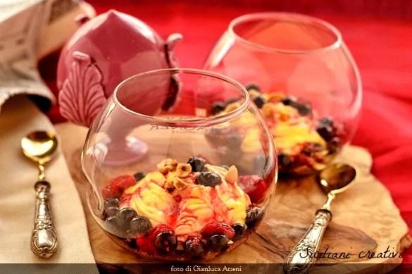 Crema diplomatica allo zafferano e frutti di bosco su terra di cacao e nocciole