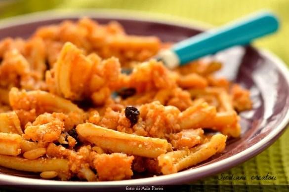 Pasta con il cavolfiore in rosso, alla maniera palermitana: cremosa, con pane fritto, pinoli e uvetta