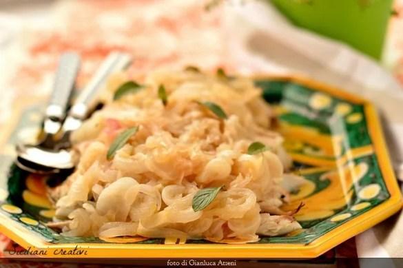 Sgombro con la cipollata in agrodolce: un secondo di pesce tradizionale della siciliana, semplice e leggero. Anche nella variante fritta.