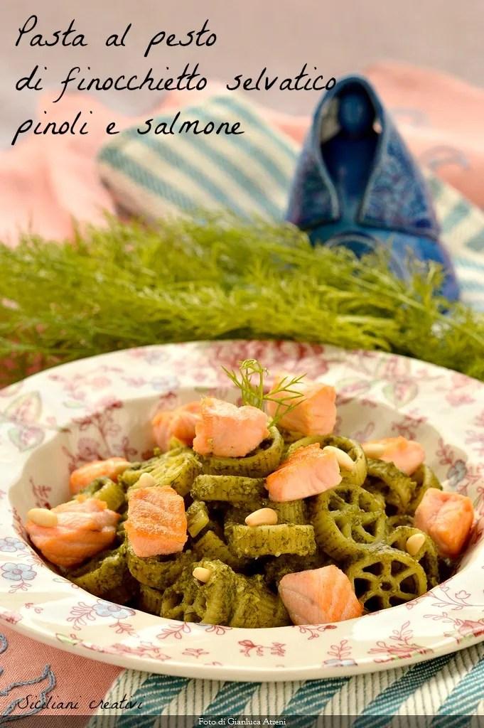 Pasta con pesto de hinojo silvestre, piñones y salmón