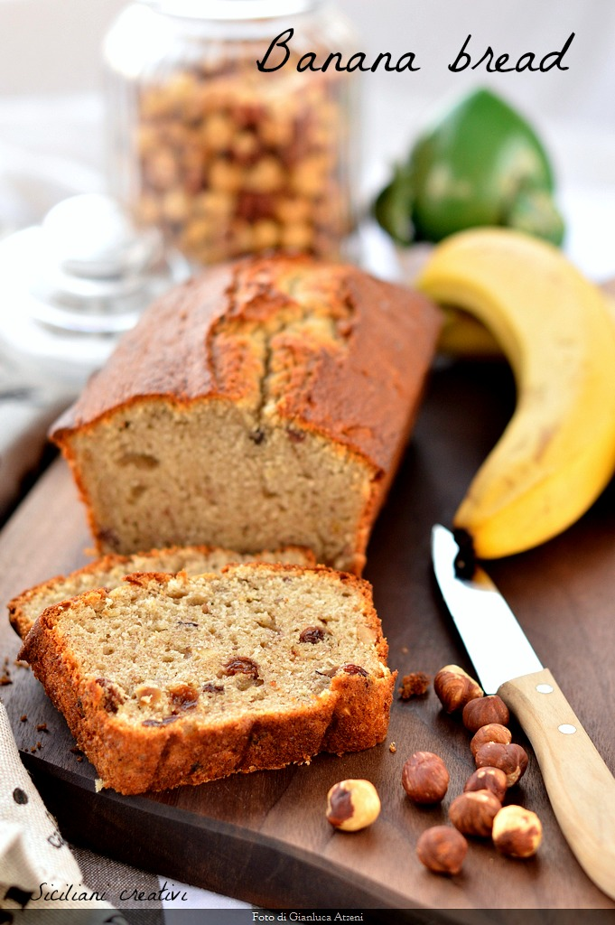Banana bread (with raisins and hazelnuts)