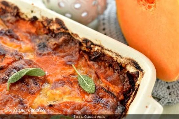 Parmigiana di zucca, con la zucca cruda, pancetta e salvia