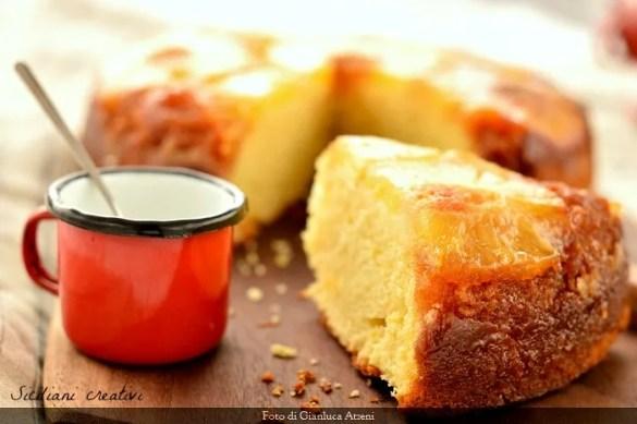 Torta all'ananas rovesciata, umida compatta e profumata. Ricetta facile per la prima colazione