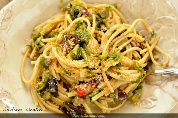 Pasta con scarola e olive nere