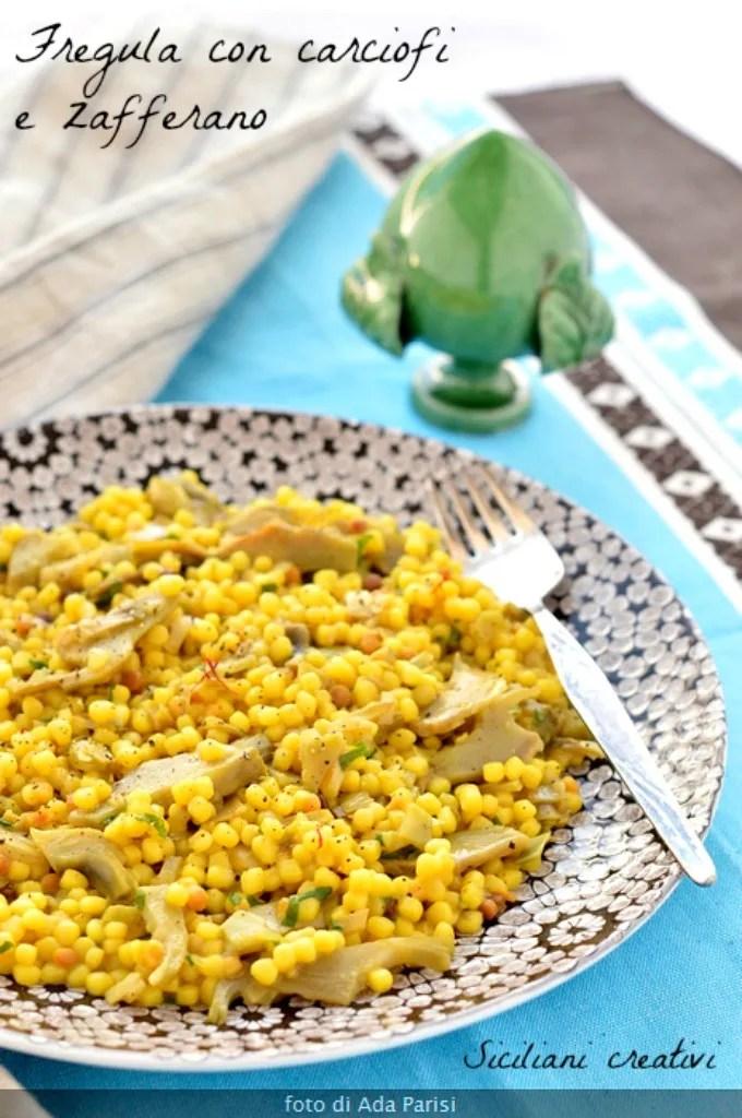 Fregula aux artichauts et au safran. De Sardaigne un premier plat simple mais délicieux, Parfait pour les végétaliens, mais vous pouvez l'enrichir avec du beurre et du fromage.