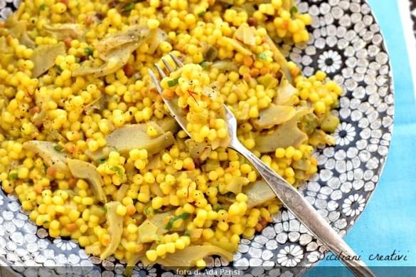 Fregula con carciofi e zafferano. Dalla Sardegna un primo piatto semplice ma buonissimo, perfetto per i vegani, ma potete arricchirla con burro e formaggio.