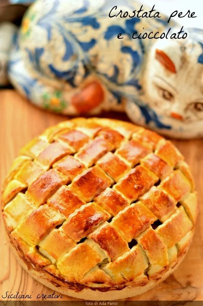 Crostata coperta cioccolato e pere