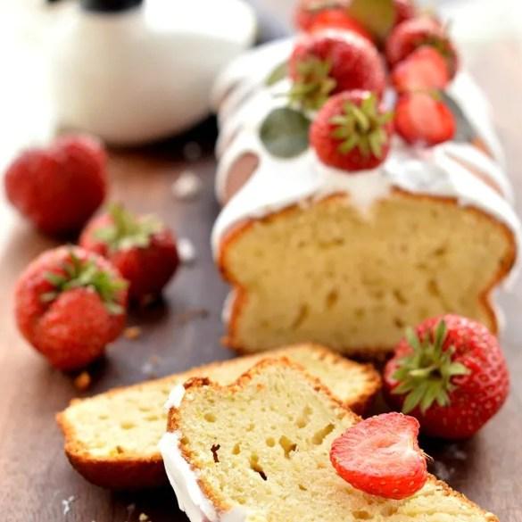 Plumcake allo yogurt e con tante fragole fresche: glassato al limone e ispirato al sofficissimo plumcake del Mulino Bianco. Ricetta facilissima.