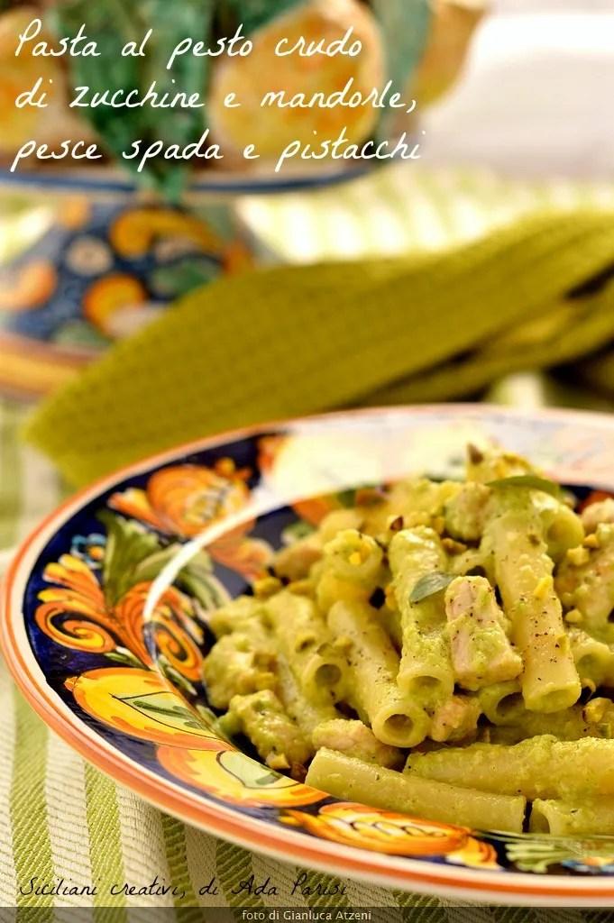 Pasta al pesto crudo di zucchine e mandorle