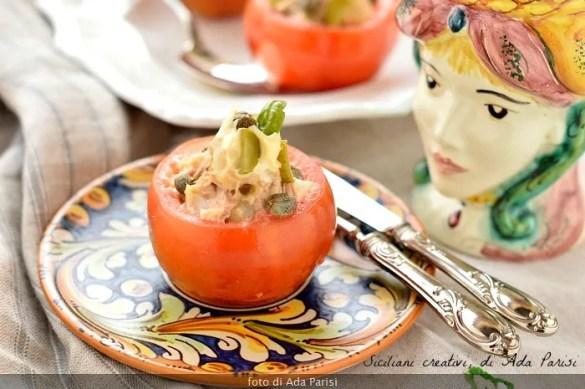 Pomodori freddi ripieni di tonno, maionese e patate