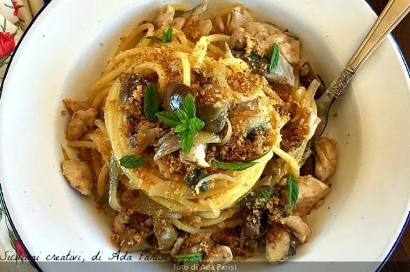 Spaghetti con sgombro, cipolle, olive e muddica