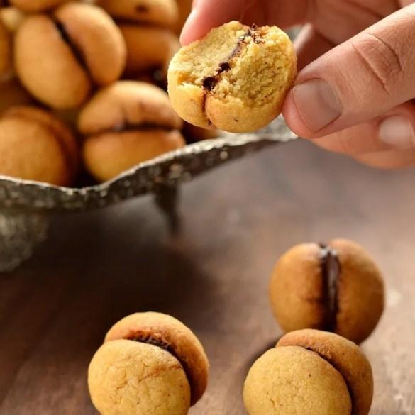 Baci di dama, piccoli biscotti alle nocciole uniti da una crema al cioccolato fondente