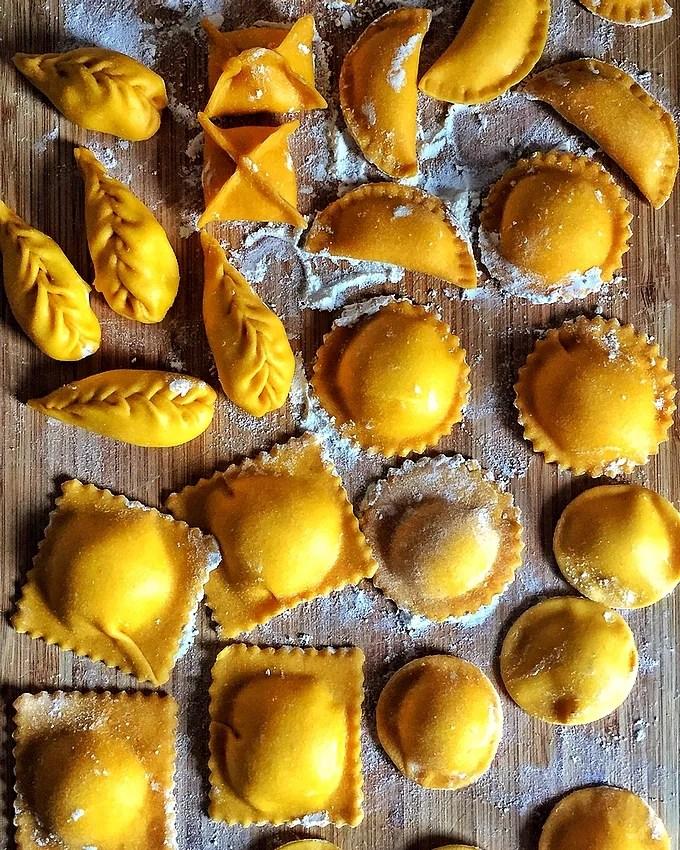 Come fare in casa in modo semplice e veloce i ravioli di pasta fresca all'uovo: pâte, formes et garnitures. À l'étape par étape recette vidéo
