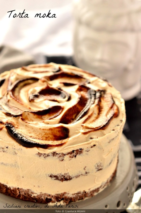 Una fetta di torta al caffè, tre strati di pan di spagna al cacao e una morbida crema al caffè
